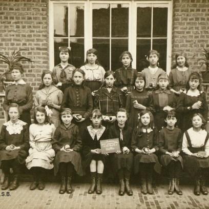 Photo de classe de l'École libre pour jeunes filles, vers 1914, Collection iconographique (F-3677), Archives de la Ville de Bruxelles | Klasfoto van de Vrije School voor Jonge Meisjes, ca. 1914, Iconografische verzameling (F-3677), Archief van de Stad Brussel