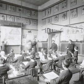 Une classe de l'École normale d'Instituteurs (école normale Charles Buls), photo, vers 1914, Collection iconographique (J-2386) | Een klaslokaal van de Normale School voor Leraren (Normale School Charles Buls), foto ca. 1914, Iconografische verzameling, Archieft van de Srad Brussel
