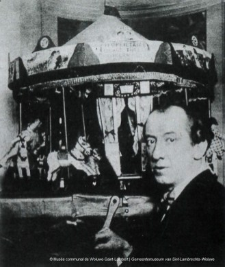 Edgard TYTGAT actionnant son carrousel, s.d., collection du Musée communal de Woluwe-Saint-Lambert