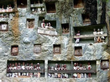 Toraja-burials2-550x412