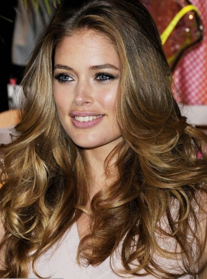 female celebrity with medium long hair, in light brunette color, with hair highlights in a dark, honey blond shade, and retro-style curled tips