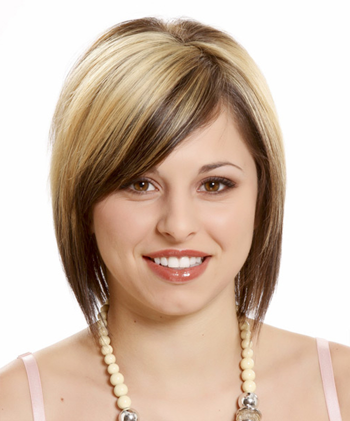 caramel and chocolate strands, on platinum bob, with side bangs, short haircuts for fine hair, worn by smiling young woman, with glossy lipstick