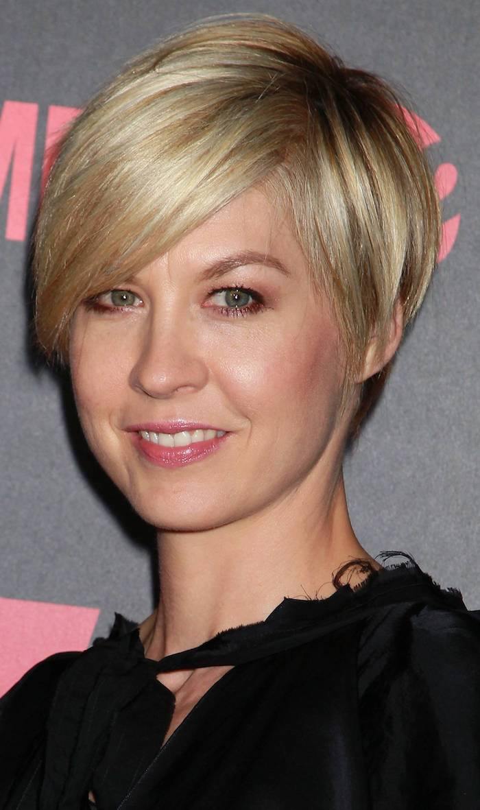 deep side part, and long side bangs, on blonde pixie cut, with dark blonde roots, short haircuts for thin hair, worn by jenna elfman