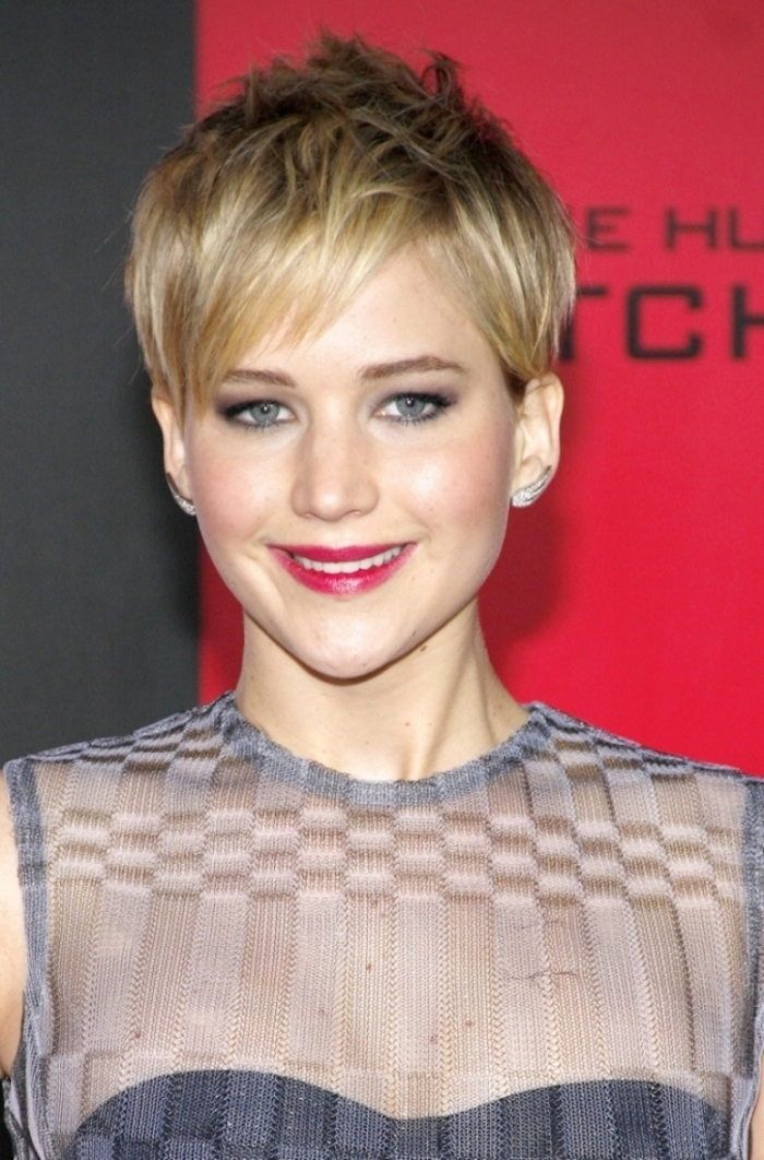 hairstyles for fine thin hair, textured pixie cut, with brunette base and blonde highlights, and longer side bangs, on smiling jennifer lawrence