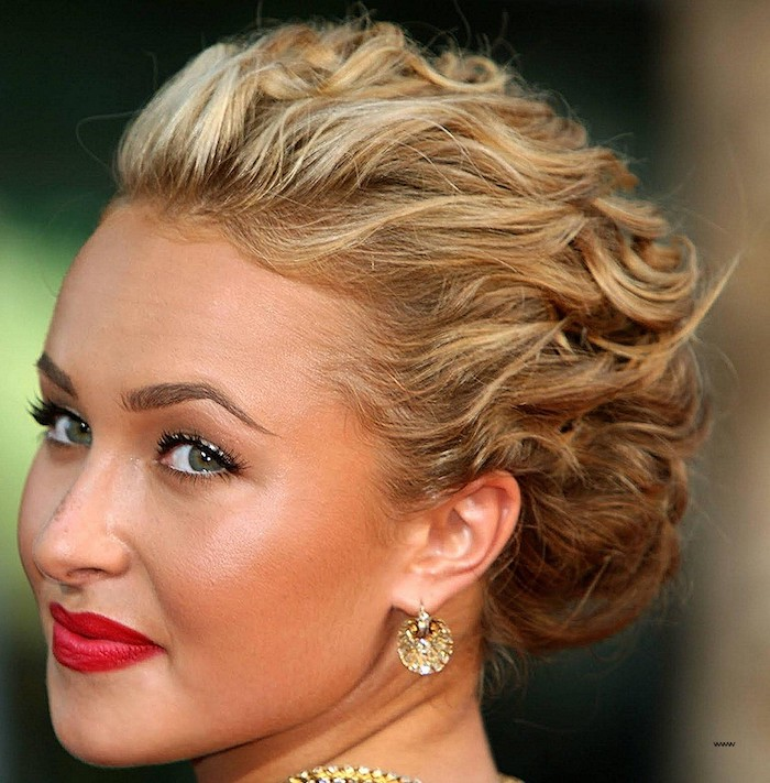 hayden panettiere with swpt back, short and curled blonde hair, haircuts for fine thin hair, wearing vivid red lipstick, and golden jewelry