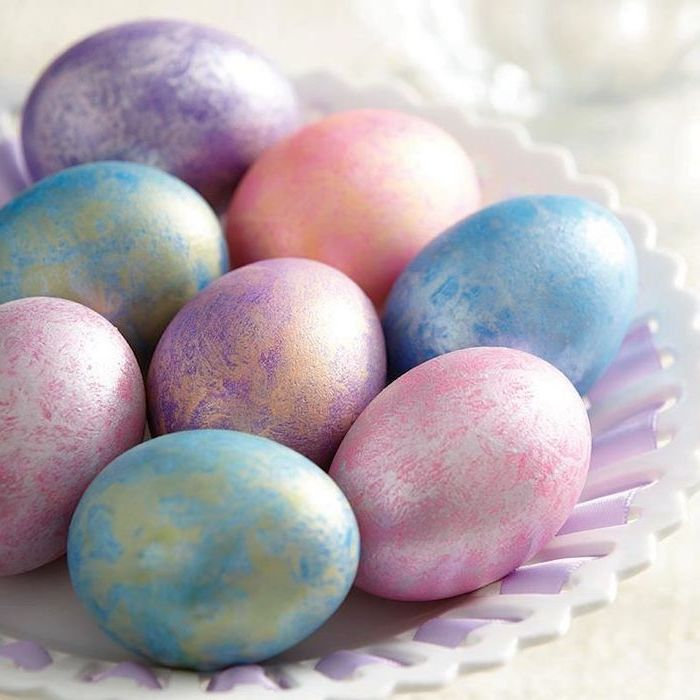 metallic dyed eggs, pink blue and purple, easter egg coloring ideas, white bowl, with purple ribbon