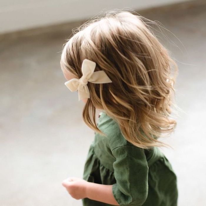 short wavy blonde hair, small white bow, olive green dress, easy hairstyles to do yourself