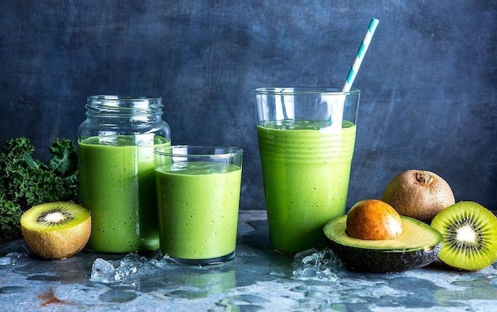 avocado and kiwi slices, green smoothie, in different glasses and jars, how to make a banana smoothie