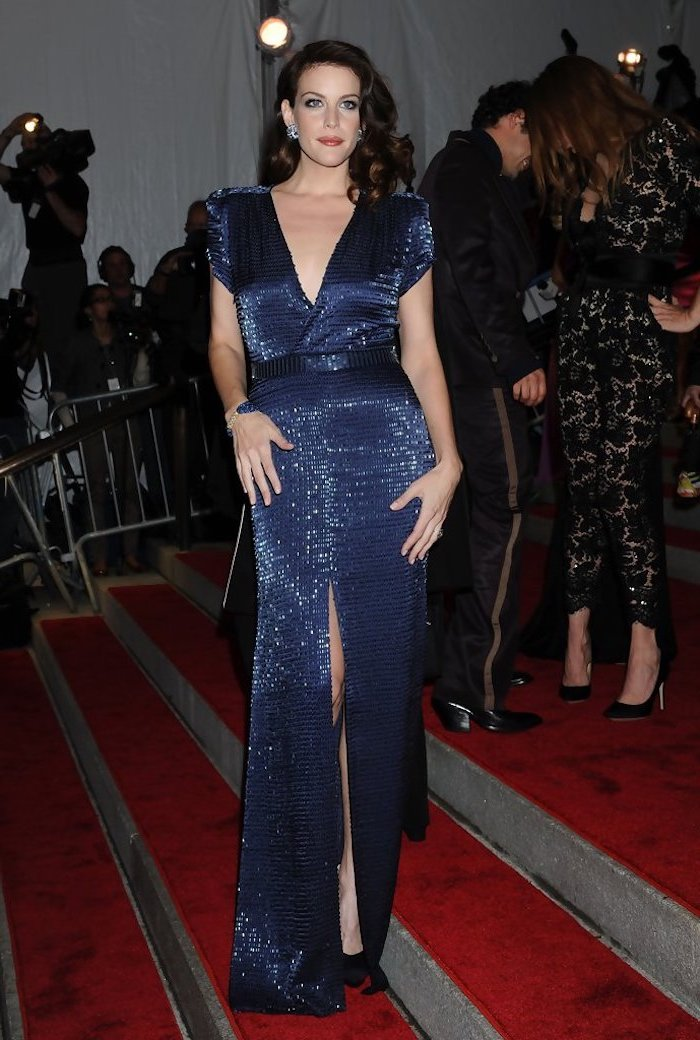 short black hair, liv tyler, met gala 2017 date, long blue dress, on the red carpet, photographers in the background