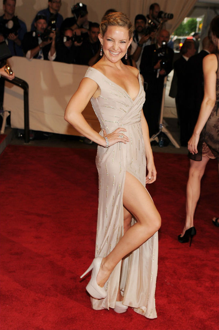 kate hudson, nude high heels, nude long dress, met gala red carpet, blonde hair, low updo