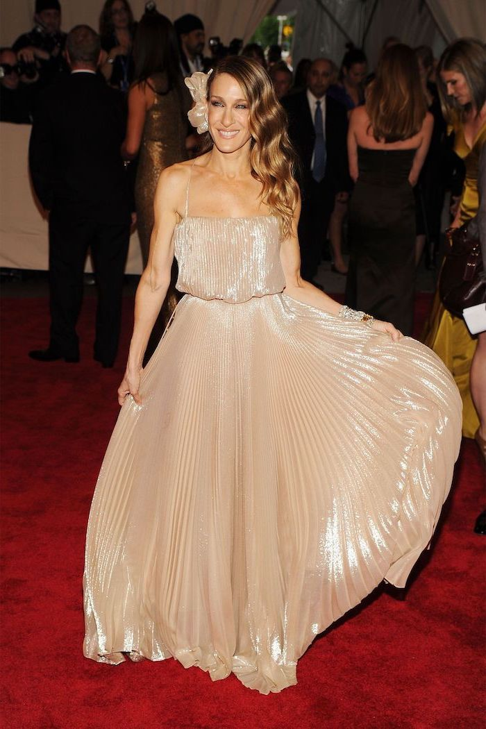 gold pleated dress, sarah jessica parker, long blonde hair, fashion museum nyc, on the red carpet