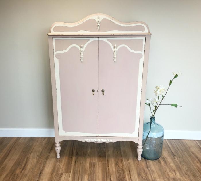 idee comment repeindre un meuble en rose pastel elements decoratifs blancs parquet en bois relooker une armoire ancienne