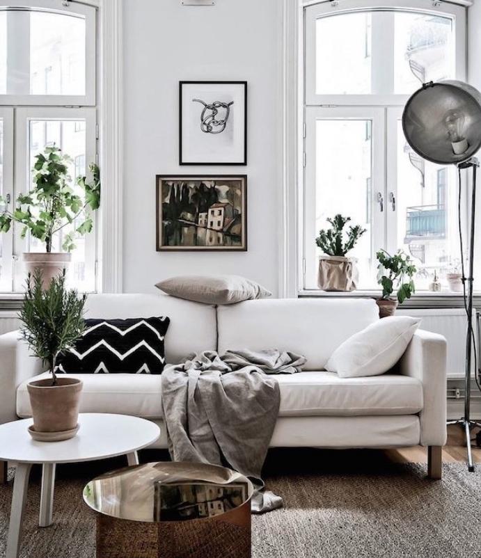 deco esprit scandinave avec canape blanc couverture gris et coussins decoratifs noir blanc et