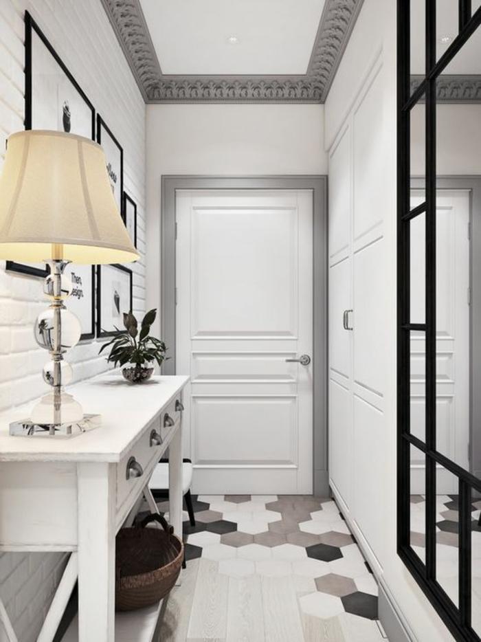 deco couloir en noir blanc gris et taupe grand miroir avec cadre noir et