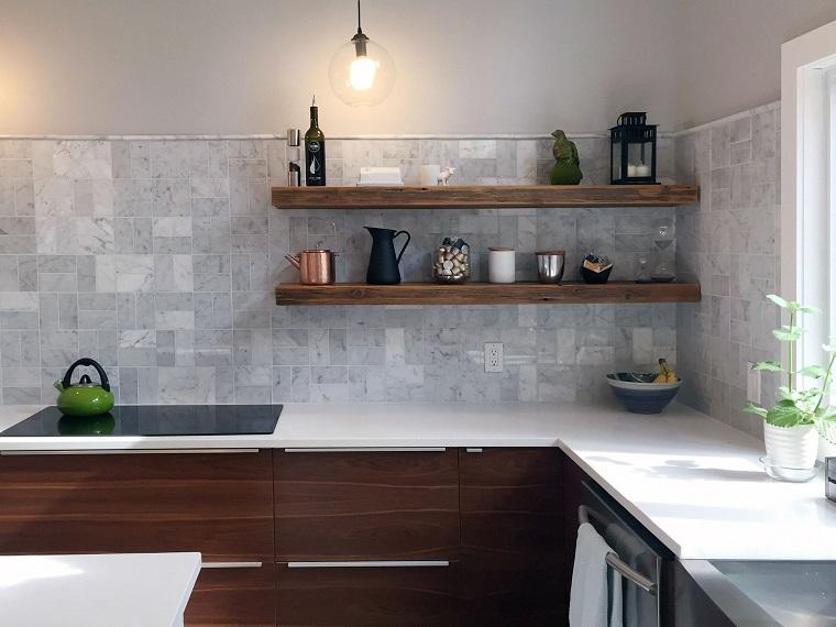 Il problema con gli scaffali a vista è che la cucina può. Mensole Per Cucina Piani D Appoggio Per Attrezzare Le Pareti Archzine It