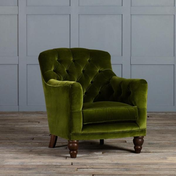 Grner Sessel Aus Samt Mit Kleinen Hlzernen Beinen