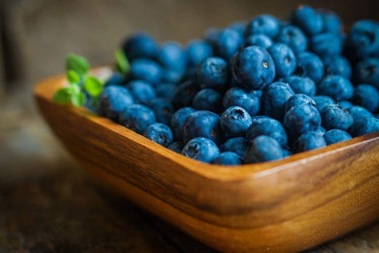 The main differences between blueberries and bilberries are summarized in this blog post by Arctic Flavors