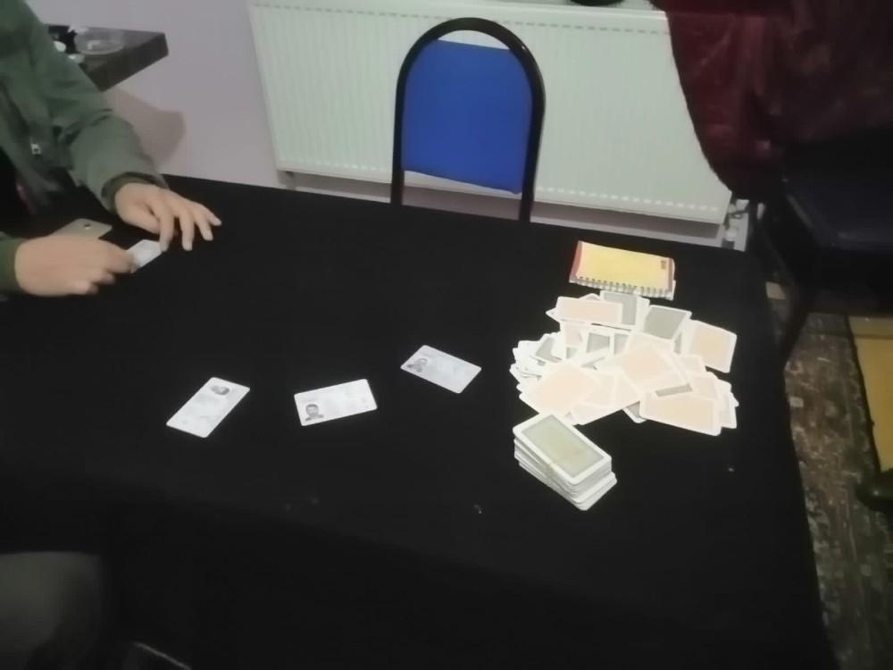 Korona virüsü de hiçe sayarak kumar oynayanlara baskın