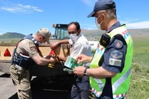 Jandarma traktör kazalarını önlemek için reflektör dağıttı
