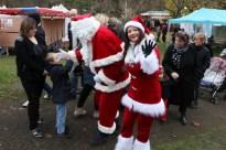 Le Père et la Mère Noël sont allés à la rencontre des enfants.