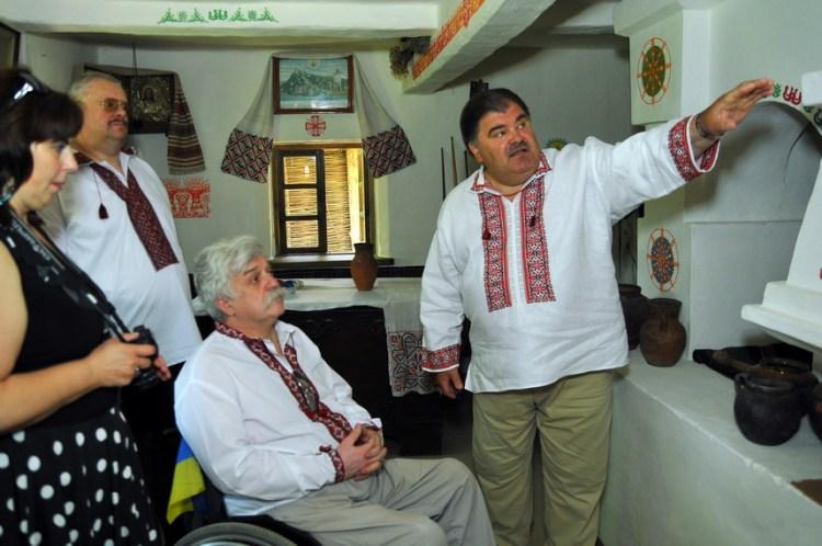 Екскурсію проводив сам господар - знавець енторгафії Володимир Бондаренко