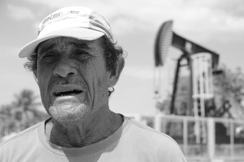 Seu Corumba em frente a um poço de petróleo em suas terras - Foto Flávia Bernardes