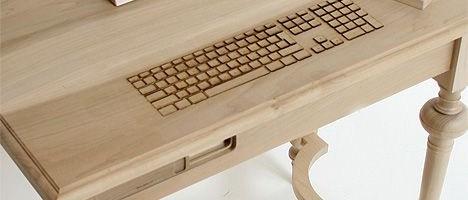 PC in birou de lemn
