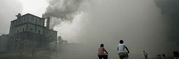 China inchide fabrici sa reduca poluarea