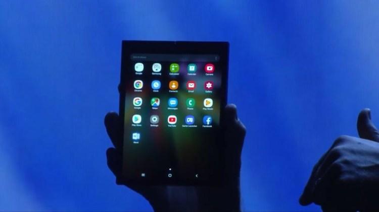 Samsung a prezentat public telefonul pliabil cu ecran flexibil