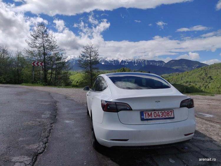 Tesla a avut probleme cu 300.000 de masini in China