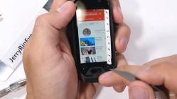 Dünyanın en küçük telefonu dayanıklılık testinde!