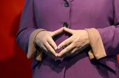 Die HŠnde der neuen Wachsfigur von Bundeskanzlerin Angela Merkel am 19.09.2013 in Berlin im Wachsfigurenkabinett Madame Tussauds formen eine Raute. Angela Merkel ist in der Berliner Ausstellung die erste Persšnlichkeit, die eine zweite, aktuelle Figur erhŠlt. Foto: Jens Kalaene/dpa