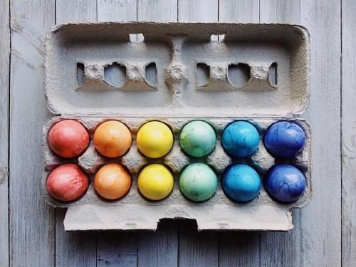 Påskägg, målade ägg i olika färger i en äggkartong