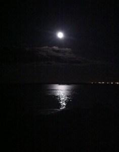 fullmåne över vatten, hur påverkar månen oss, måne. Mörkret kommer snart.