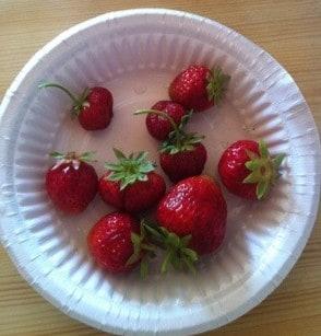 Årets första jordgubbar från lantstället, himmelskt goda!