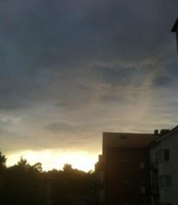 Skymning med mörka moln