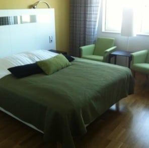 Hotellrum med grön inredning. Fått ett uppfräschat rum!