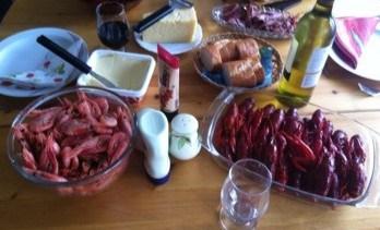 Kräftskiva, dukat bord med kräftor, räkor, västerbottensost, vin och bröd. Fest!