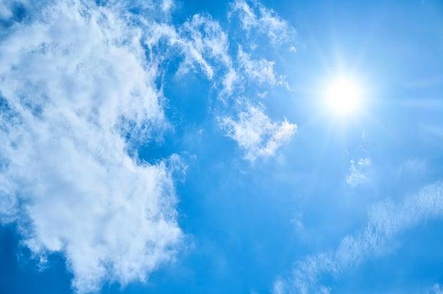 Sol och blå himmel