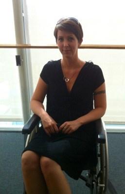 Arga Klara i rullstol. Om skor och rullstol