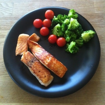 Lax med broccoli och tomater