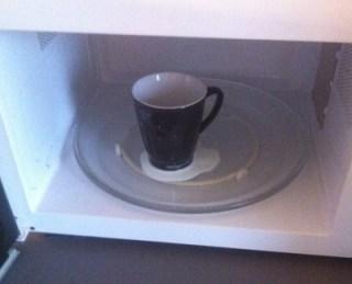 Kaffekopp i micron och mjölk som kokat över. En sån där morgon...