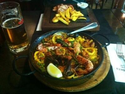 Spansk paella med ris, kyckling och skaldjur