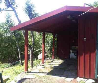Redskapsbod på lantstället med nytt tak