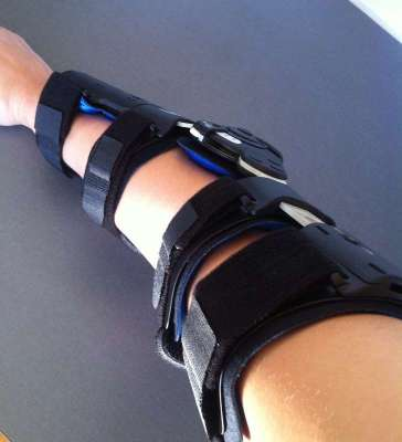 Ortos för armbågar, min robotarm. Handspecialisten på sjukhuset ska fixa små ortoser.