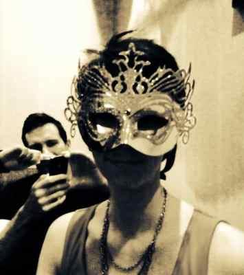 Arga Klara i mask på maskerad med älskaren R. Facebook påminde mig om vår årsdag.