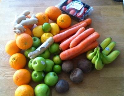 Frukt och grönsaker. Apelsiner, citroner, äpplen, bananer, ingefära, lime, rödbetor, tomater, morötter, pepparrot