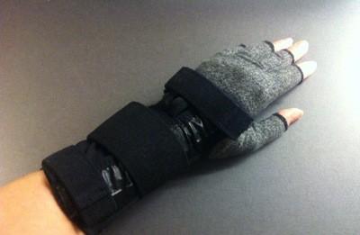 Hand i kompressionsvantar och handledsstöd, ortoser
