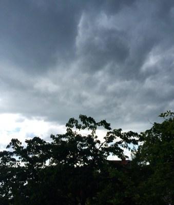 Mörka moln på himlen på lantstället