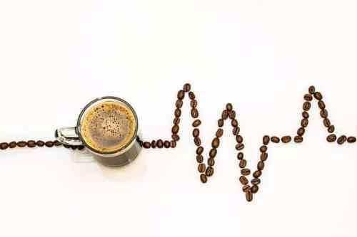 Kaffe i kopp och kaffebönor